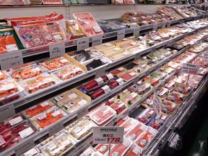 有力SM、生鮮部門にPC活用 アウトパック広がる マルエツ富岡東店の鮮魚売場 有力SMのライフコ