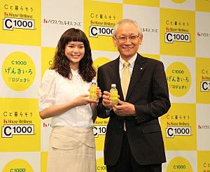 新イメージキャラクターの多部未華子(左)と、菊池敏朗社長