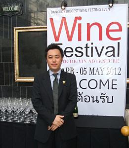 常夏の国タイで史上初の「収穫祭=ワイン・フェスティバル」を開催した原宏治さん=バンコク・スクンビット地区で小堀晋一が4月26日写す
