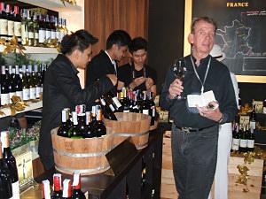「ワイン・フェスティバル」プレセレモニーの様子。関心が高く外国メディアの記者も「試飲」に訪れていた=バンコク・スクンビット地区で小堀晋一が4月26日写す