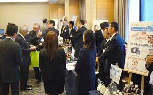機械資材・素材賞受賞製品のパネル展示会場で参加者は熱心に説明に聞き入っていた