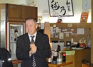 出張パーティー料理のお披露目であいさつする内藤雅樹代表