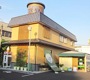 屋根に乗っている漬物樽の看板が目印