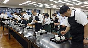静岡茶市場での専門家による審査