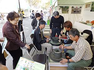 静岡本山抹茶研究会の茶臼体験