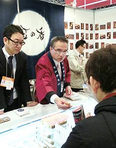 展示会で「豆乃香」を売り込む茨城県の納豆メーカー関係者ら