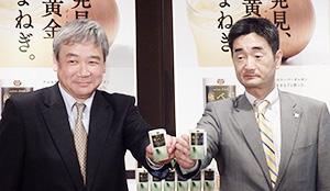 大塚食品の金子忠晴部長(右)と三井物産の田島実生支社長