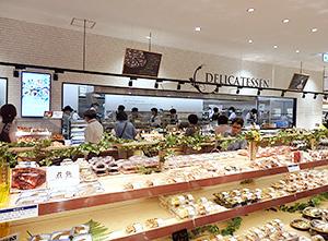 オープンキッチンによる対面販売主体のデリカ売場