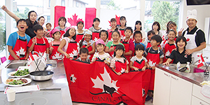 カナダビーフのエプロンで料理をしたステーキ教室参加者たち