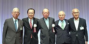 飯島延浩実行委員長(中央)と目録を進呈された関係団体代表者ら