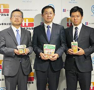 「かるしお」シリーズを手にする花岡俊夫社長(左)と国循巽英介副センター長(中)、花岡周一郎常務