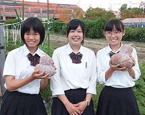 左から尾島あかりさん(植物クリエイト科1年生)、松岡奈々さん(リーダー、園芸ビジネス科3年生)、橋本美月さん(園芸ビジネス科1年生)