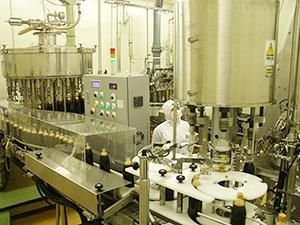 巨大な杉木桶が多数並ぶ醤油蔵のほか、近代的な工場では高品質な製品を安定生産する