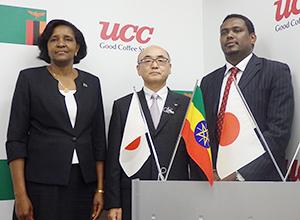 左から、ンディヨイ・ムリワナ・ムティティ特命全権大使、関哲也取締役本部長、マルコス・タクレ・リケ特命全権大使