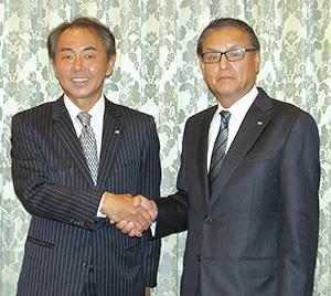永谷泰次郎永谷園HD社長(左)と飯塚弦二朗永谷園社長