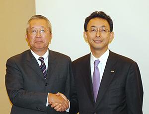 ハウス食品グループ本社の浦上博史社長(右)と壱番屋の浜島俊哉社長、両社でカレーの世界を広げると誓った