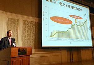 売上げの推移を説明する曽根誠司社長