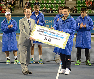 錦織圭選手(右)から安藤宏基会長へ寄付金の目録を贈呈