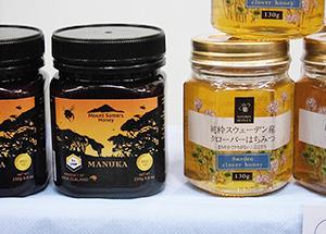スウェーデン産クローバーはちみつ(右)とマヌカ蜂蜜