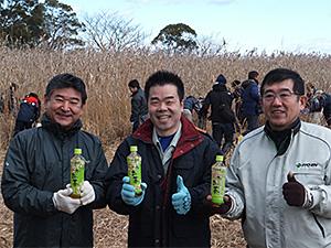 左から、小椋正清東近江市長、三日月大造滋賀県知事、岡野浩也伊藤園関西地域営業本部本部長