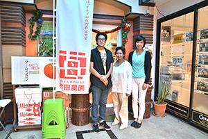 2代目店長の井口友見さん(右)と店舗スタッフ=バンコク・スクンビット39で小堀晋一が15年12月28日写す