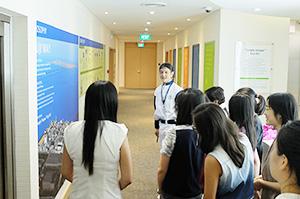 フジオイルアジアのセンターで岩岡栄治シニアマネージャーの案内を受けるシンガポール国立大学の学生