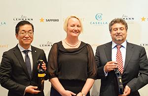 左から時松浩取締役常務執行役員営業本部長、オーストラリア大使館のジュリアン・メリマン参事官、カセラ・ファミリーブランズ社代表のジョン・カセラ氏