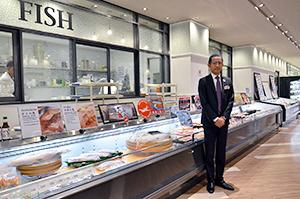 「一般的なタイ人消費者も魚の刺し身を好むようになった」と話すGMの吉田裕之さん=バンコクのバンコク伊勢丹5階和食ギャラリーで。小堀晋一が3月17日写す