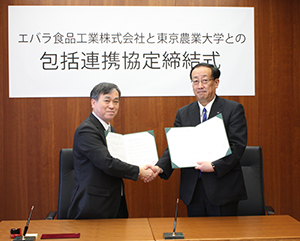 協定書を取り交わす高野克己学長(左)と宮崎遵社長