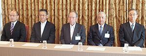 右から日本パン工業会の安田智彦副会長、細貝理栄副会長、飯島延浩会長、盛田淳夫副会長、桐山健一副会長