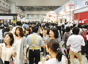 日本のトレンドを先導する多才で感度の高い来場者。今年は20万人を超えた
