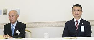 留任が決まった西尾啓治会長・委員長(右)と塚本哲夫副会長・副委員長