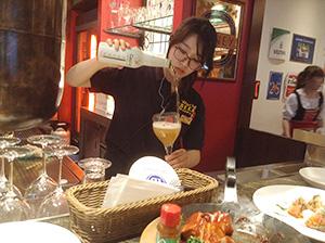 バーカウンターに座れば、スタッフの女性がボトルビールを上手に注いでくれることも