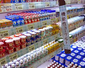 売場では機能性のプロバイオティクス商品を集めてコーナー化。健康への期待値が高く、今後も新制度活用の動きは続きそう
