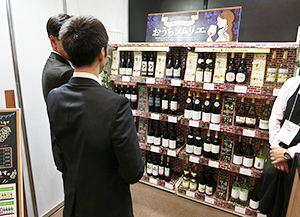 オリジナル什器(じゅうき)によるブドウ品種別の棚割(130周年記念展示会)