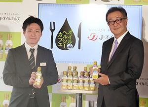 油脂製品開発部の花澤和巳氏(左)と八馬史尚社長