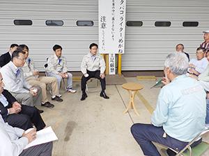 茶工場の担当者から意見を聞く田辺信宏市長(中央)
