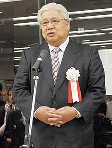 あいさつする静岡茶市場の内田行俊社