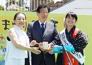 川勝平太静岡県知事(中央)、台湾嘉義県の張花冠知事(左)への新茶贈呈