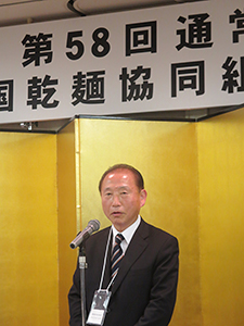 全乾麺総会であいさつする高尾政秀会長
