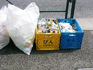 コンテナで回収。量が多いPETボトルは袋でも対応している(東京都文京区の分別収集)