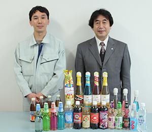 主力商品群を前に、市町貴世工場長(左)と市町峰行代表取締役