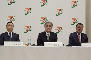 セブン&アイ・ホールディングスの井阪新体制は事業会社と一枚岩になれるかが課題。左から後藤克弘副社長、井阪一社長、古屋一樹取締役(セブン―イレブン・ジャパン社長)