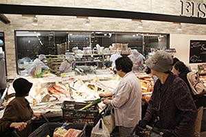 イオン東札幌店の水産コーナーは、対面販売を取り入れて市場のにぎやかさを醸し出す