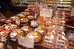 地域商品は地元食材を使った惣菜や弁当にも広がっている(マルエツなぎさモール辻堂店)