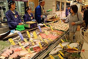 対面接客の鮮魚売場で鮮度を訴求する(イトーヨーカドーアリオ柏店=千葉県柏市)
