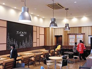 ヨシヅヤのイートインコーナー「Y's CAFE」。無料の緑茶サービスも行い、地域の集いの場所にもなっている=Yストア佐古木店