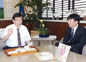 試食する川勝平太静岡県知事と望月啓行田丸屋本店社長(右)