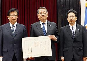 神尾啓治マックスバリュ東海社長(中)と川勝平太静岡県知事(左)