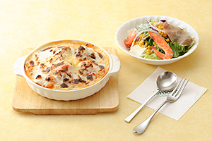 「海賊パスタ」などのパスタには前菜風サラダの「アンティサラダ」がセットとなっている。価格は1350円(税別)